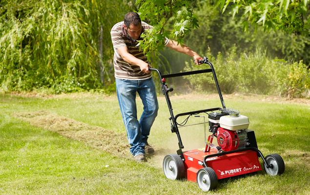 utilisation du scarificateur Oscar pro sur une pelouse